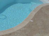 Plage de piscine en béton empreinte imitation bois