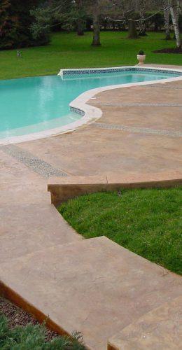 Plage de piscine en béton empreinte imitation pierre naturelle